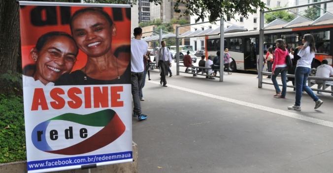 Placa pedindo assinaturas para o partido de Marina Silva (Fonte: UOL)