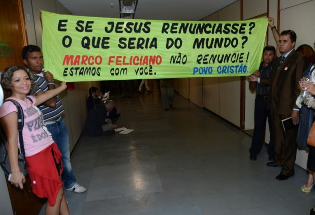 Extremismo atrai extremismo - manifestantes comparam Marco Feliciano a Jesus Cristo em faixa no Congresso (Fonte: www.gazetadopovo.com.br)