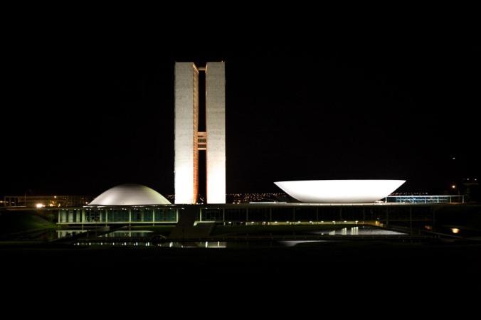 Congresso Nacional de noite (Fonte: Wikipédia)