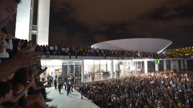Manifestantes invadem o teto do Congresso Nacional - das cenas mais emblemáticas desse 17 de junho (fonte: UOL)