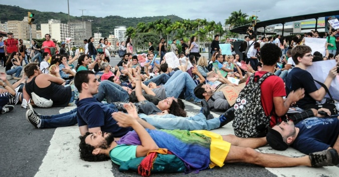 Manifestantes protestam contra Marco Feliciano em Florianópolis (Fonte: www.uol.com.br)