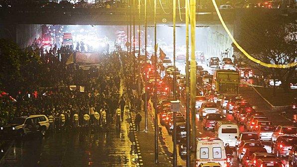 Protesto em São Paulo contra aumento de passagens (fonte: Veja.abril.com.br)