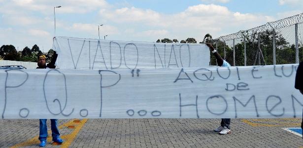 Torcedores protestando contra selinho de Sheik no treinamento (Fonte: UOL)